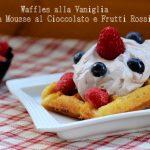 Waffles alla vaniglia con mousse al cioccolato e frutti di bosco