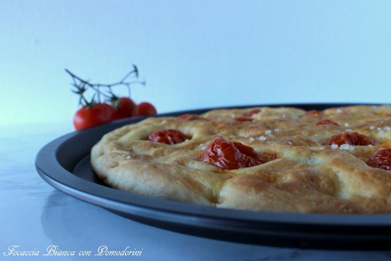 Focaccia bianca con pomodorini
