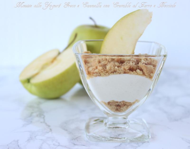 Coppe allo yogurt greco con crumble al farro e nocciole