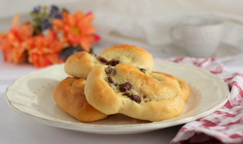 Girelle di pan brioche con crema e uvetta
